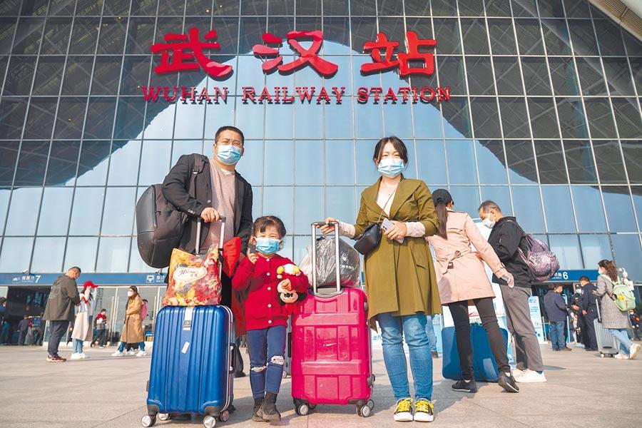 4月8日,武漢離漢離鄂通道管控措施解除,在武漢站,乘客在進站口準備進站。(新華社)