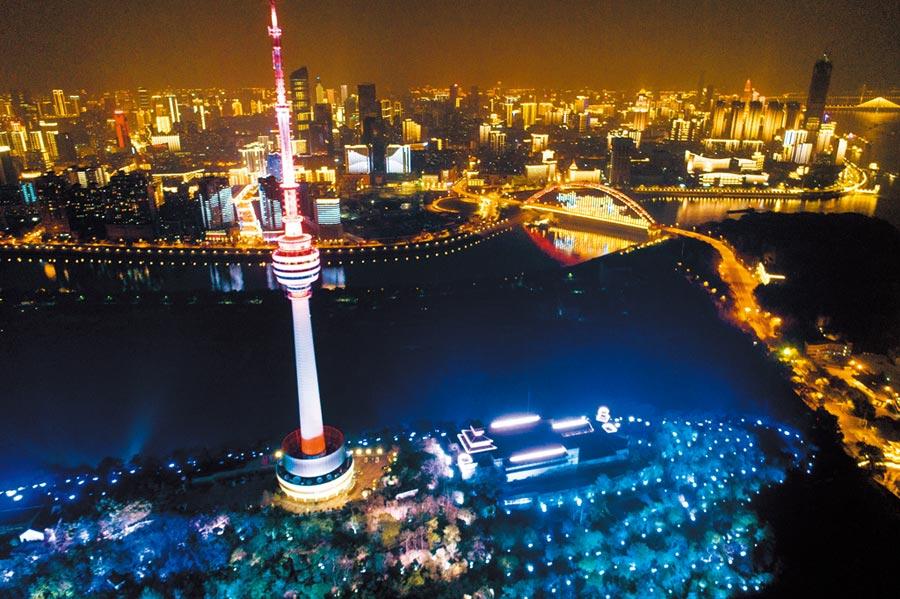 4月8日零時起,武漢市「解封」。圖為4月7日晚武漢夜景。 (新華社)