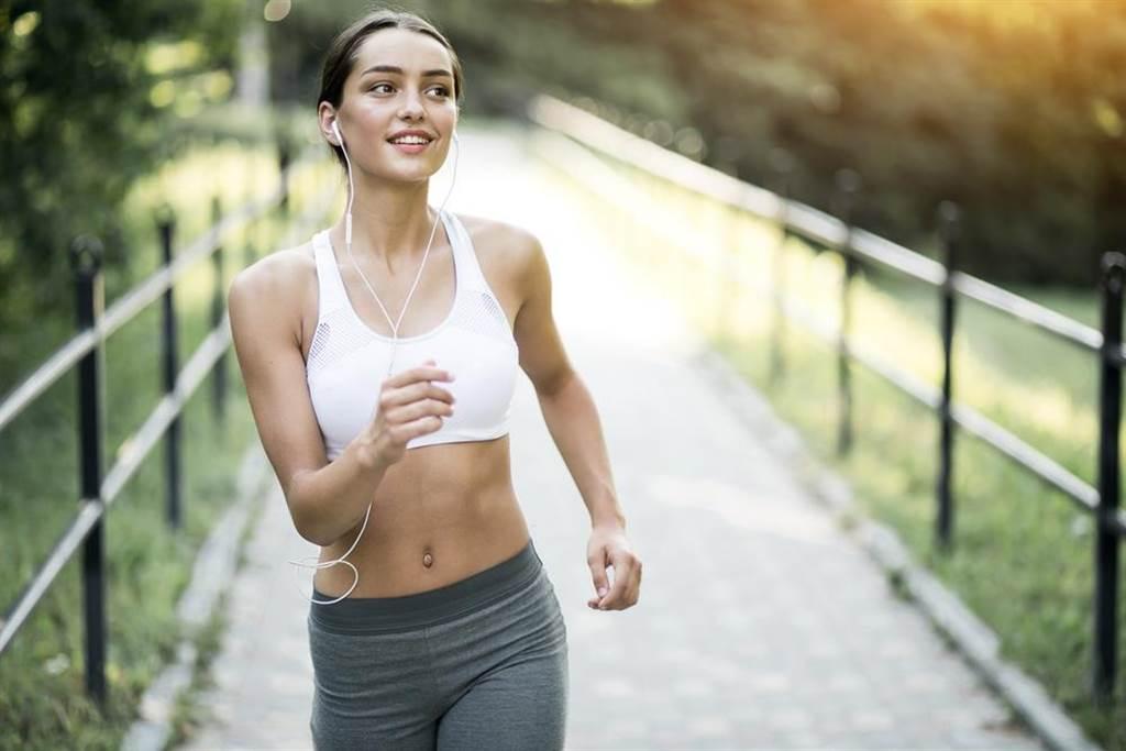 戴口罩運動就很安全?醫師指出,運動時會大口呼吸,汗水、口水甚至是鼻水沾濕口罩,會讓口罩失去阻擋病毒的功效。(示意圖/Shutterstock)