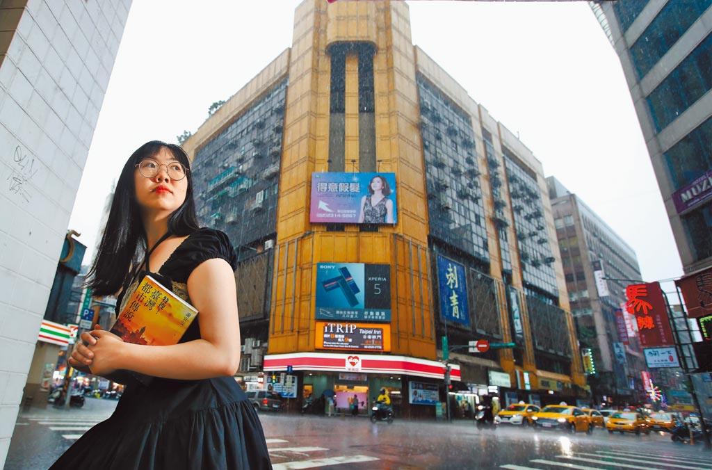 《特搜!台灣都市傳說》作者謝宜安走在西門町,可以說出一堆早期傳說。(鄭任南攝)