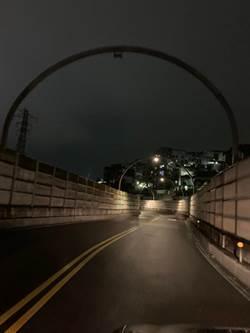 基隆西定高架燈毀沿路陷一片黑暗 市議員半夜即時助修復