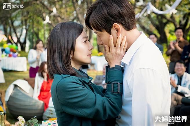 愛奇藝熱播韓劇《夫婦的世界》。(歐銻銻娛樂提供)