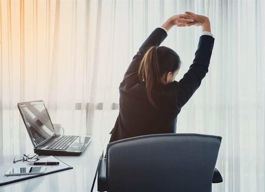 上班族久坐全身痠痛?1分鐘讓你消除疲勞(示意圖/達志影像)