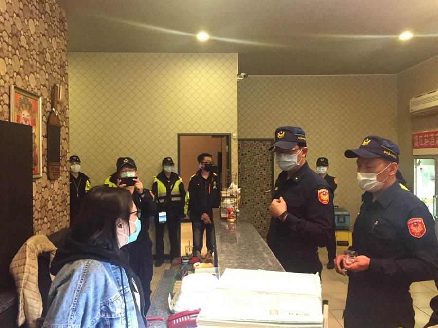 新竹縣警察局9日晚間擴大臨檢,前往娛樂場所宣導社交安全距離。(警方提供/莊旻靜新竹傳真)