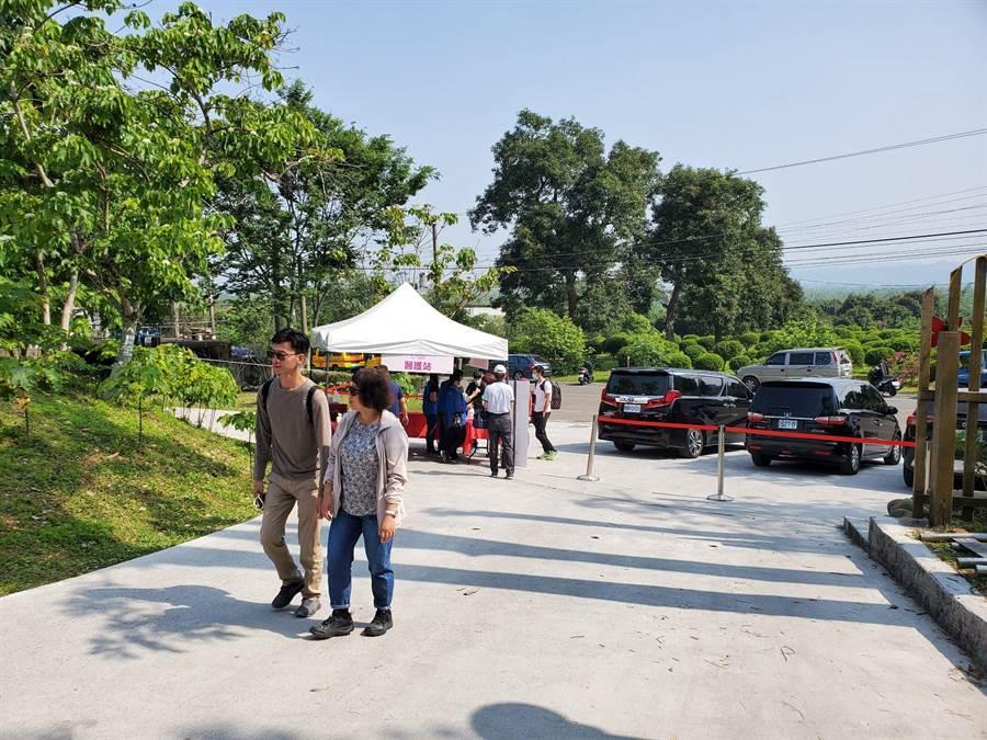 11日、12日將採實名制進入桐花公園,僅開放兩個出入口,每小時開放500人,民眾也要戴口罩賞花。(周麗蘭攝)
