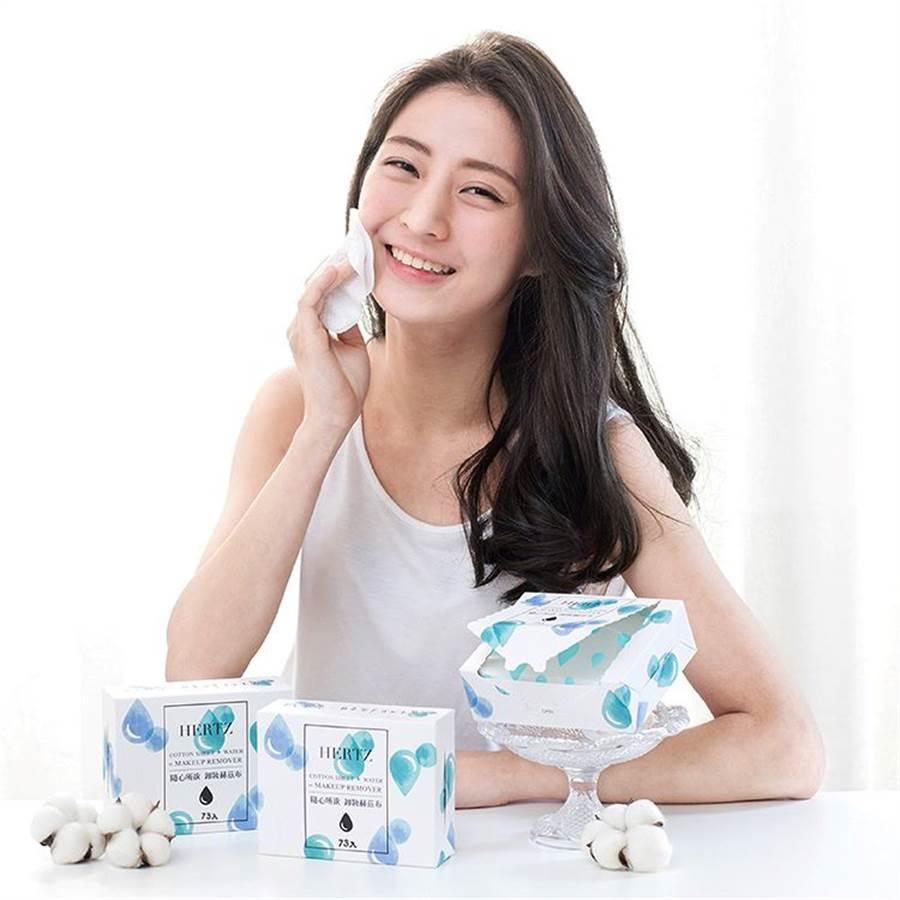 「赫茲風格」創新研發用清水就能卸妝的「赫茲布」。(誠品提供)