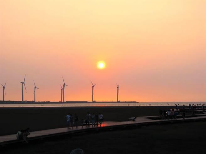 台中市高美溼地擁有夕陽美景與溼地生態,被國際網站譽為「一生必遊一次」的景點。(盧金足攝)