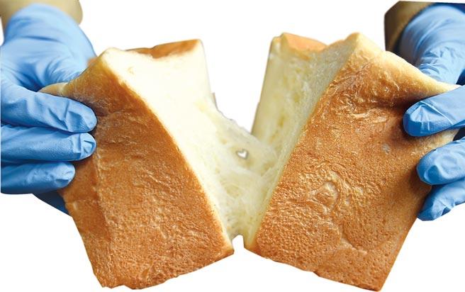 生吐司製作時沒有加雞蛋,麵糰含水量高,吃起來口感非常柔軟,但掰開時卻有一股微微的扯勁並產生「拉絲」效果。圖/姚舜