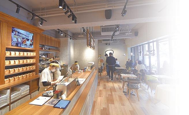 ˙〈SAKImoto Bakery〉台北旗艦店內設有座位,客人可以坐下來品嘗「吐司餐」。圖/姚舜