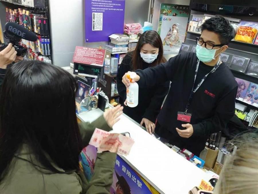 娄峻硕为粉丝签名、署名、合照样样来做足「服务」,连防疫措施都做好做满。(图/想不到音乐工作室提供)
