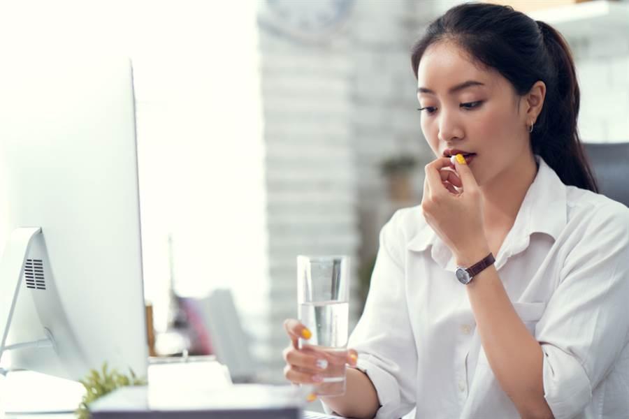 眾多藥品會與酒精產生交互作用,且影響程度不一,若正在服用以下藥品,切勿飲酒。(達志影像/shutterstock)