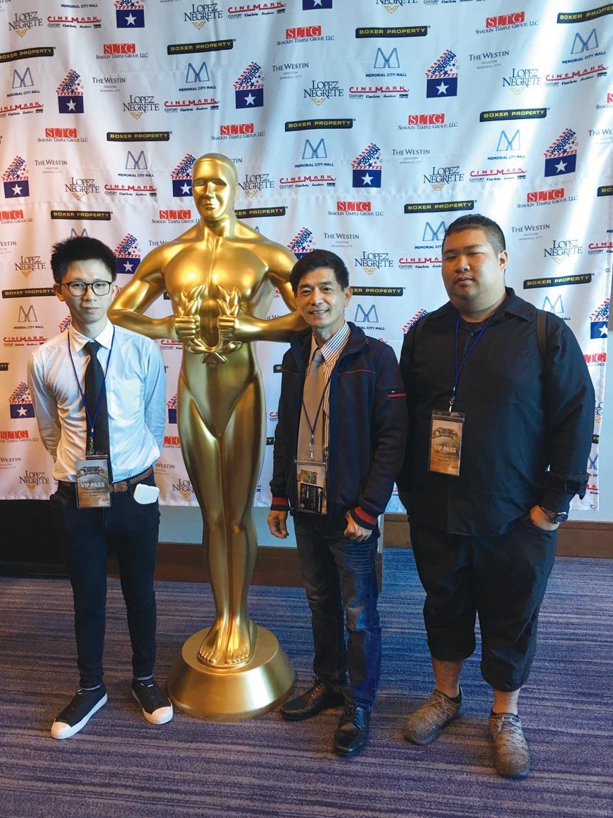 王昭旺帶領學生鄭翕中(左一)及張智祥(右一)赴美獲頒52屆休士頓國際影展紀錄短片類金、銅兩項大獎。圖/王昭旺提供