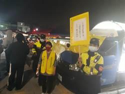 警幫忙宣導人流管制 民眾返車上拿口罩安心逛夜市