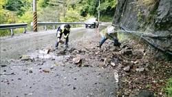 台8線土石崩落砸破水管 梨山警徒手撿落石