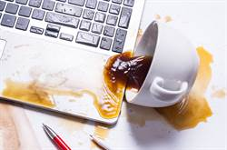 職員打翻咖啡1個月未清 清潔工一看尷尬了