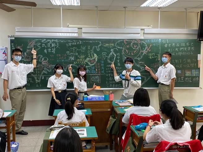 曾煒程上課時,常將世界地圖用繪畫方式呈現在黑板,讓學生們一目瞭然,同時善用各項時事、媒體素材及數位科技,啟發學生學習興趣。(洪浩軒攝)
