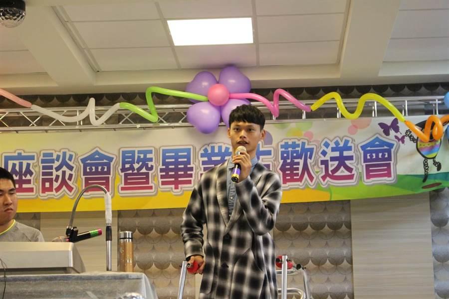 屏東大學腦麻生吳承嶸於畢業歡送會活動中演唱自己的創作。(教育部提供/林志成台北傳真)