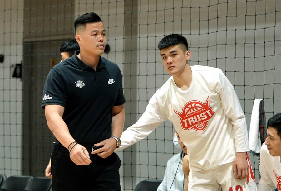 台銀總教練陳國維竟在最後一天例行賽被裁判驅逐出場!(中華籃協提供/黃及人新北傳真)
