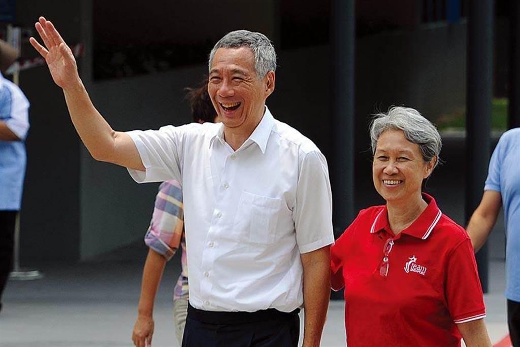 圖為星國第一夫人何晶(右)、總理李顯龍(左)。(圖/中新社)