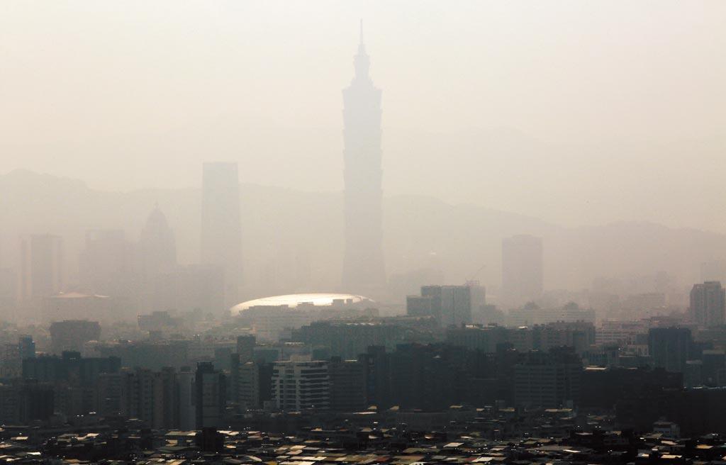 曾是世界最高的101大樓挺直了淡淡的身影,彷彿要從這片濃得化不開的霧霾中呼吸幾口新鮮的空氣。(王爵暐攝)