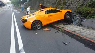 1600萬麥拿倫跑車撞山壁  車主站旁傻眼