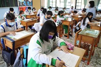 國文結合肺炎命題 學生領考卷以為拿到報紙