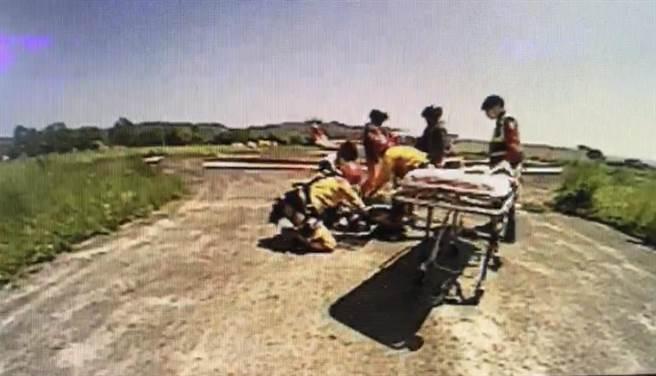 山友攀卓社大山滑落崩壁,直升機馳援送醫。(南投縣消防局提供/廖志晃南投傳真)