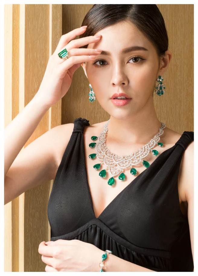 蕭邦要價逾5億頂級珠寶來台展至30日,模特兒佩戴今年主打的祖母綠珠寶套組。(Chopard提供)