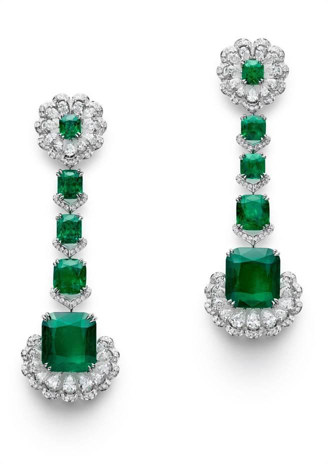 蕭邦Red Carpet系列祖母綠鑽石耳環,兩顆主石為哥倫比亞祖母綠,分別是15.73克拉和14.74克拉,約5160萬元。(Chopard提供)