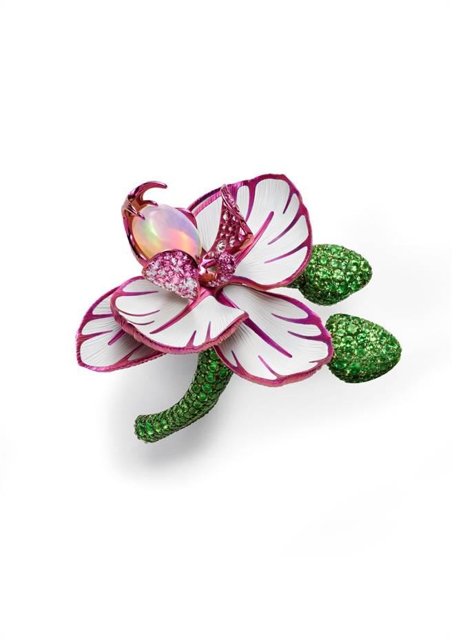 蕭邦Red Carpet系列鈦金屬蘭花戒指,鑲嵌鑽石、蛋白石、粉紅剛玉和沙弗萊石,327萬1000元。(Chopard提供)