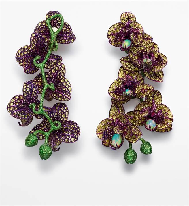 凱特布蘭琪佩戴的蕭邦Red Carpet系列鈦金屬蘭花耳環,鑲嵌鑽石、蛋白石、黃剛玉和石榴石,正面反面皆美,3099萬1000元。(Chopard提供)