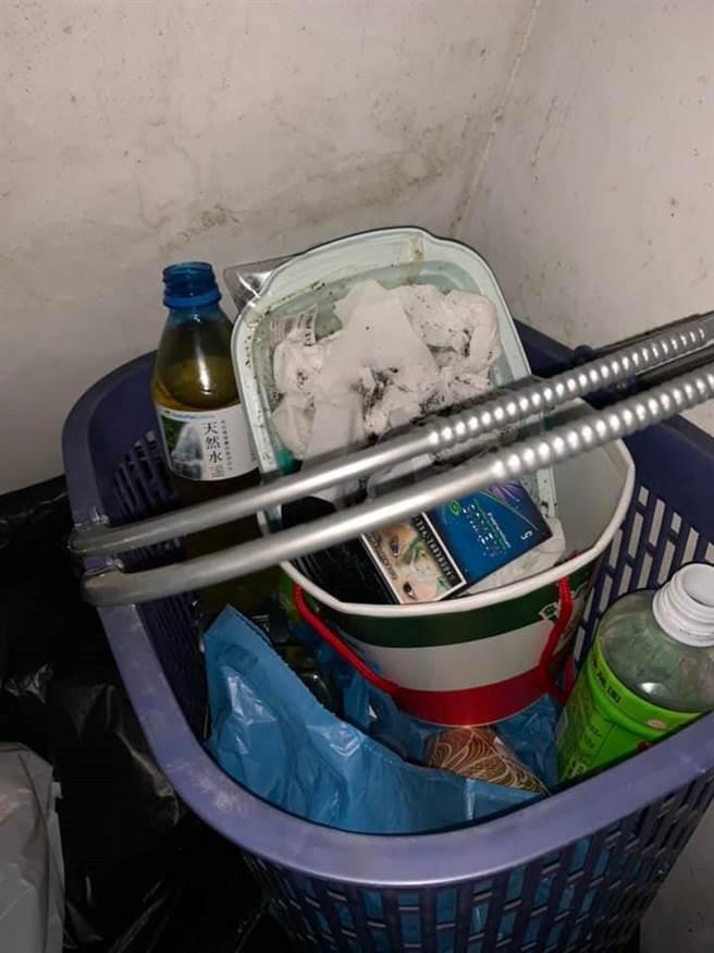 一名南部國立大高材生把裝尿寶特瓶等垃圾丟進水塔,圖為房東打撈上來的廢棄物。(翻攝自爆料公社)