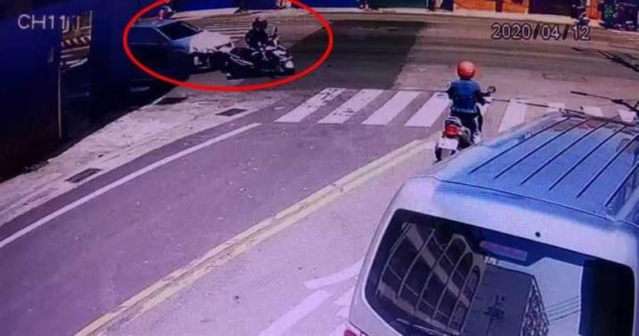 監視器拍下白色自小客車疑似未注意後方即右轉,撞上同向機車,造成機車噴飛撞上路口店家門口擺設的成疊酒瓶,造成2人受傷。(圖/翻攝畫面)