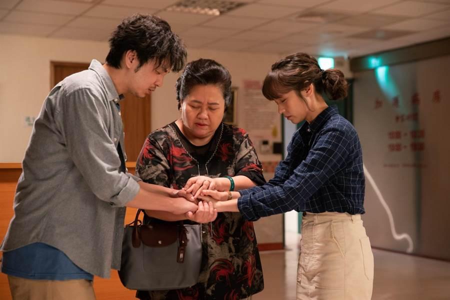 張書偉(左起)、鍾欣凌、黃姵嘉三人分別對餅店有著不同情感。(公視提供)