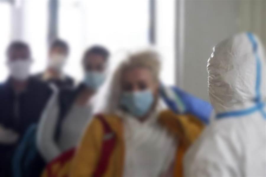 德法邊境最近發生德國村民怒嗆來自法國的外地人。圖為德國檢疫人員為外地人量體溫。(示意圖/美聯社資料照片)