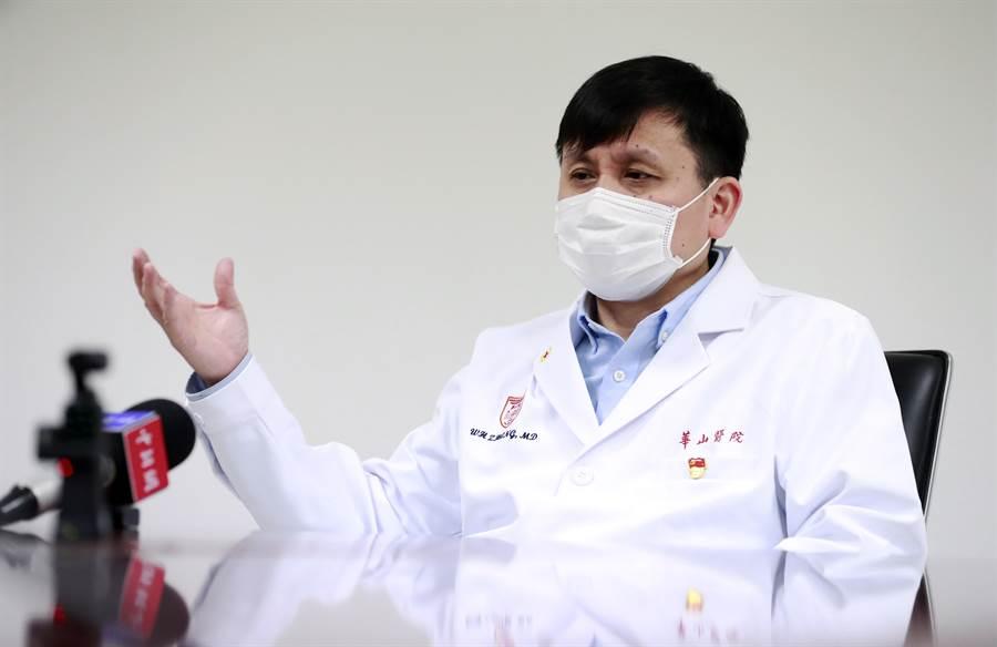 上海新冠肺炎醫療救治專家組組長、華山醫院感染科主任張文宏表示,按現有數學模型預估,11月會再有一波疫情,但是因為有了這次的經驗,下次疫情規模會比較小。(圖/中新社)