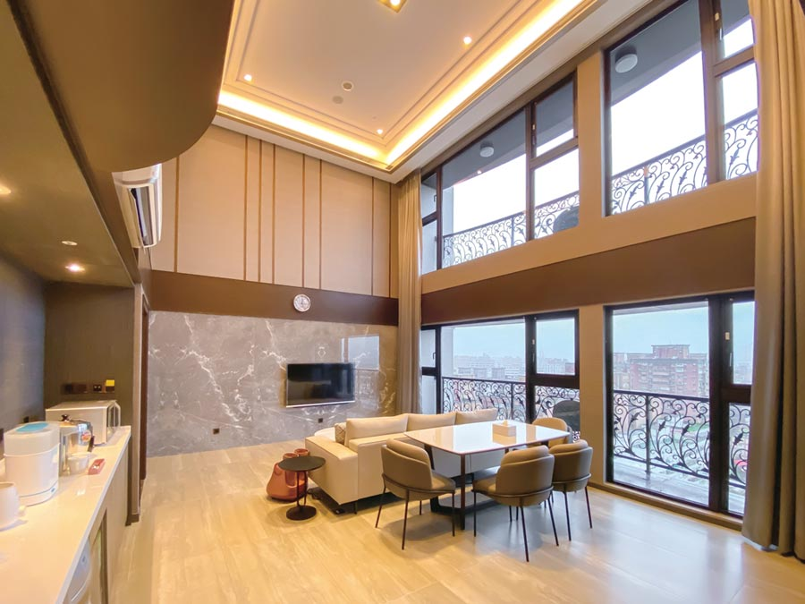 19坪豪華房,挑高歐式獨棟建築,遠眺觀音山、淡水河景觀,提供軟、硬體五星級優質服務。圖/新寶產後護理之家提供