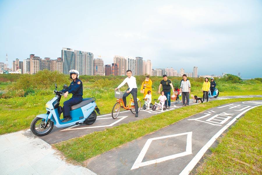 新竹左岸自行車道禁止機車闖入,新竹市警察之友會捐贈6部Gogoro電動機車讓警察騎乘取締。(邱立雅攝)