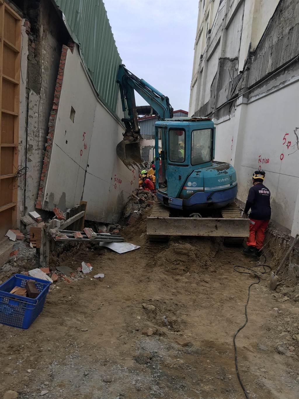 三民路三段民宅施工,鄰牆擋土牆倒塌,消防隊出動挖土機搶救。(民眾提供/台中馮惠宜傳真)
