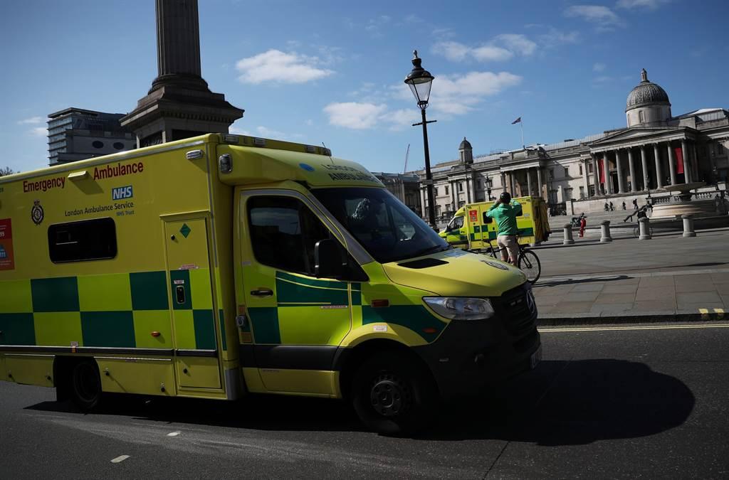 特拉法加廣場的救護車。英國新冠疫情嚴重,許多社區內的死亡人數,並沒有列入醫療統計裡,所以真實數字會更高。(圖/路透社)