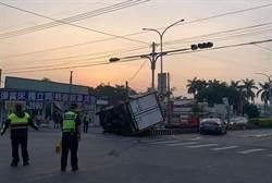 離奇!貨轎車對撞貨車司機彈飛 竟遭己車壓死