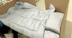 東京機場大廳成旅館!入境者暫住「紙箱床」:真的能隔絕病毒嗎...