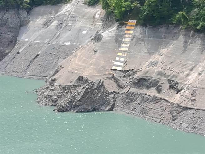 德基水庫水位創10年新低,13日上午來到1369.43公尺,蓄水量僅24%,岸邊岩壁裸露光禿。(台電提供/王文吉台中傳真)