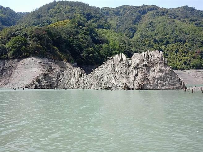 德基水庫水位創10年新低,梨山居民發現浮出多處小島。台電解釋是水庫底部的土石、淤泥及漂流木堆積,因水位降低因而浮現。(台電提供/王文吉台中傳真)