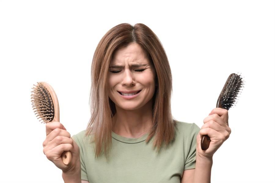 掉髮雖然大多取決於遺傳跟年齡,但是現代愛美女性過度節食、營養失衡,也可能因此大量掉髮。此為示意圖。(達志影像/shutterstock)