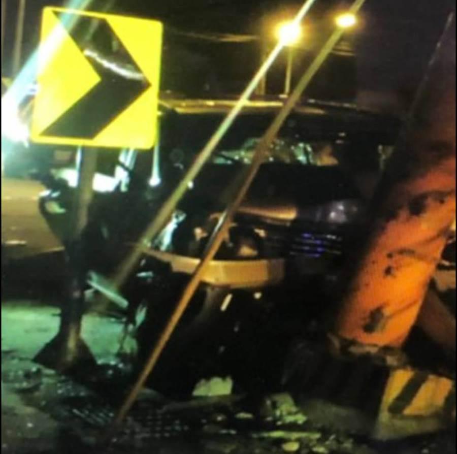 40多歲王女,酒後載友回家,不甚撞擊路旁電線桿,造成車頭毀損,電線桿斷裂,全車送醫。( 台中市警局霧峰分局提供/黃國峰台中傳真)