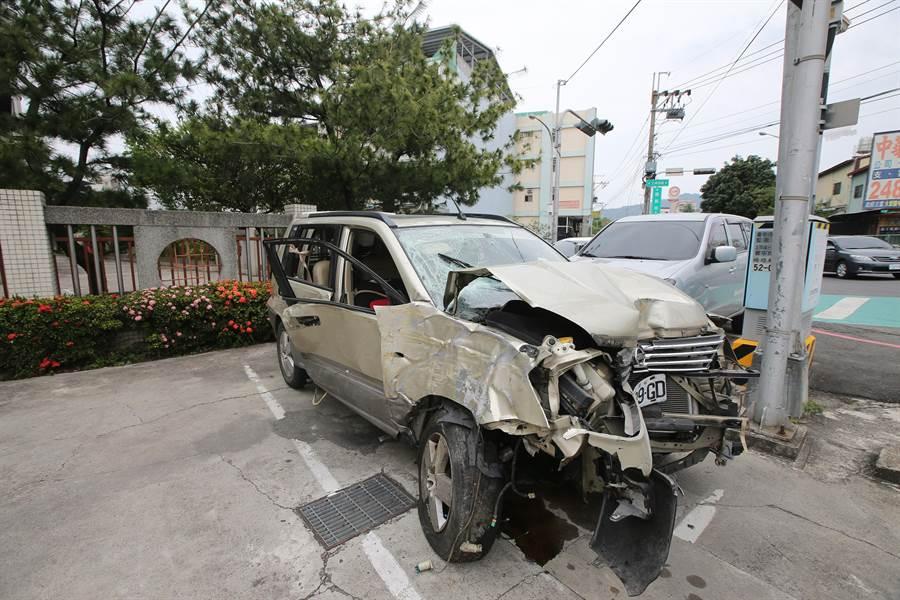 40多歲王女,酒後載友回家,不甚撞擊路旁電線桿,造成車頭毀損,擋風玻璃龜裂。( 黃國峰攝)