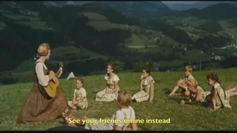 紐西蘭布倫納湖學校校長雪莉.謝爾班將電影《真善美》歌曲〈Do-Re-Mi〉,改編成居家防疫版,在網路上獲得迴響,有超過800萬人瀏覽。(摘自YouTube)