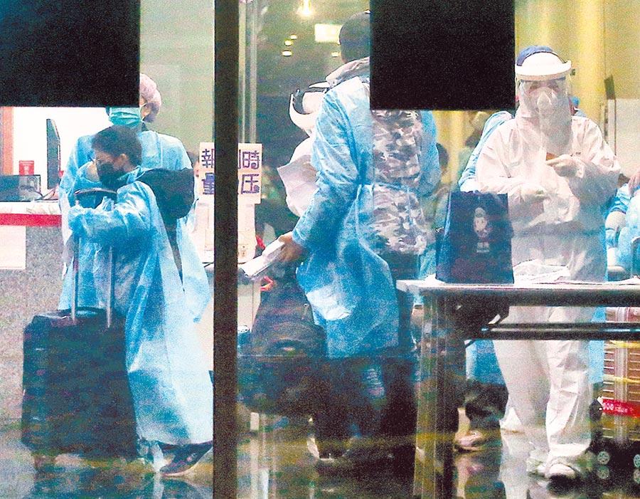 新冠肺炎疫情看不到盡頭,許多診所也成了「精神防疫站」。圖為醫護進行檢疫作業。(本報資料照片)