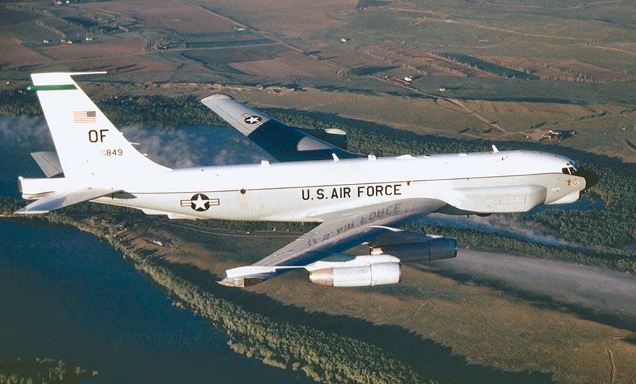 國防部10日公布偵獲解放軍轟6、殲11等型機於台灣西南方海域執行遠海長航訓練,一架美軍RC-135U電偵機也現蹤台灣南部海域執行任務,這是3月底以來第6次執行任務。(摘自美國空軍官網)